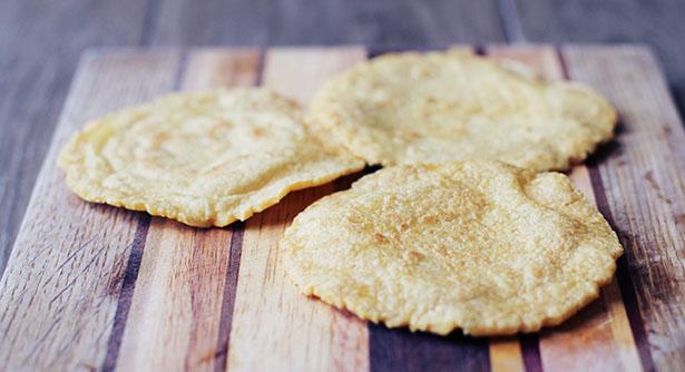 Vue de côté de tortillas de maïs masa fraîches faites maison